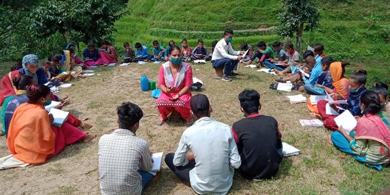 दार्मा गाउँपालिकाले टोल सिकाई केन्द्रमा राखेर विद्यार्थी पढाउँदै